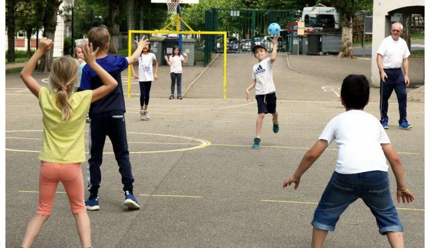 photos-sarreguemines-le-handball-dans-la-cour-de-l-ecole-abcm-1561023995
